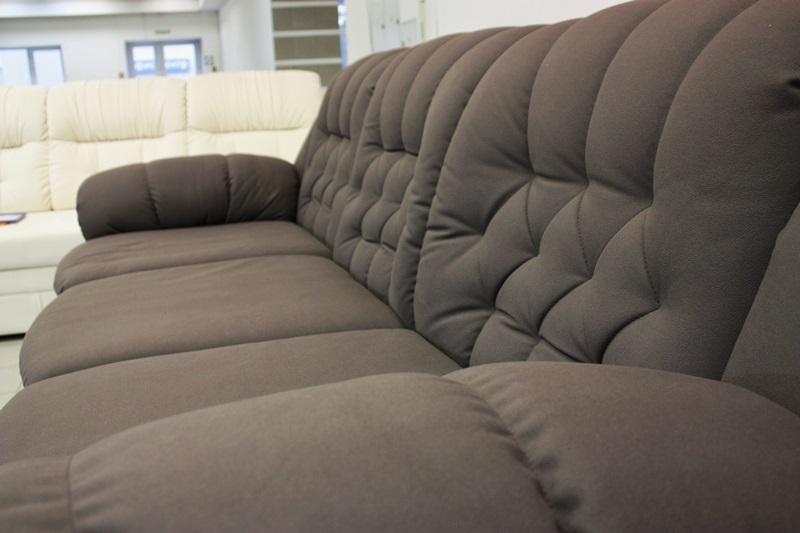 Темный диван в офис